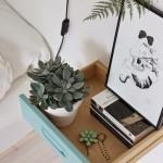 Mesa de cabeceira feita com uma gaveta